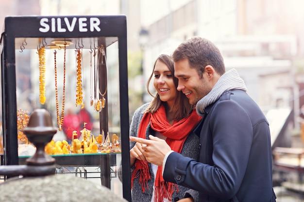 Junge touristen, die souvenirs in danzig kaufen