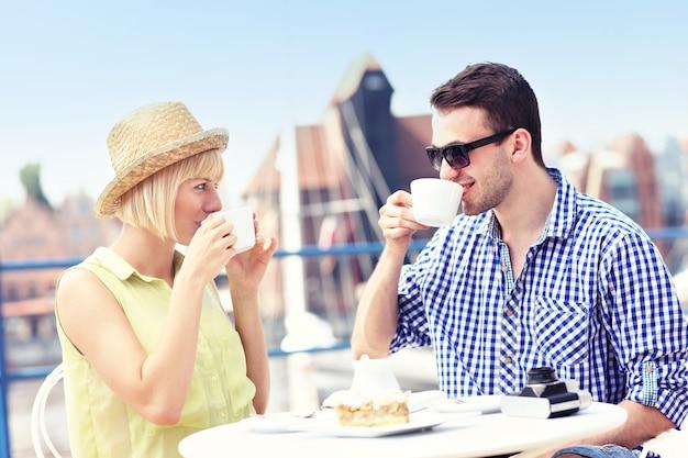 Junge touristen entspannen in einem café in danzig