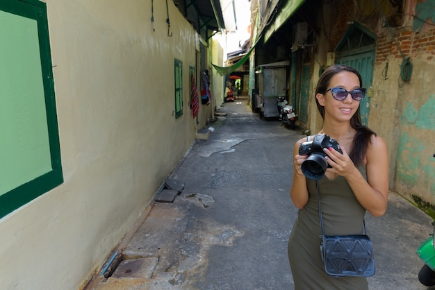 Junge touristenfrau, die die stadt bangkok erkundet
