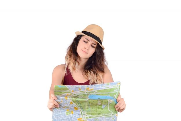 Junge touristische frau, die karte betrachtet