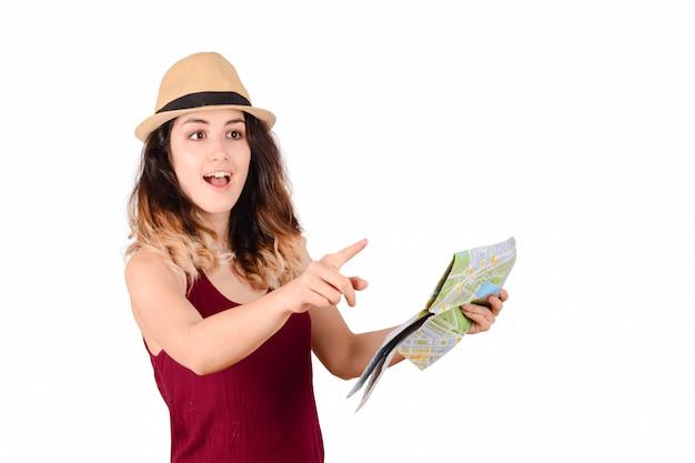 Junge touristische frau, die karte betrachtet.