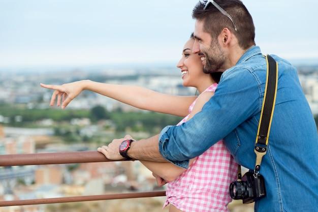 Junge touristische paar blick auf die ansichten in der stadt.