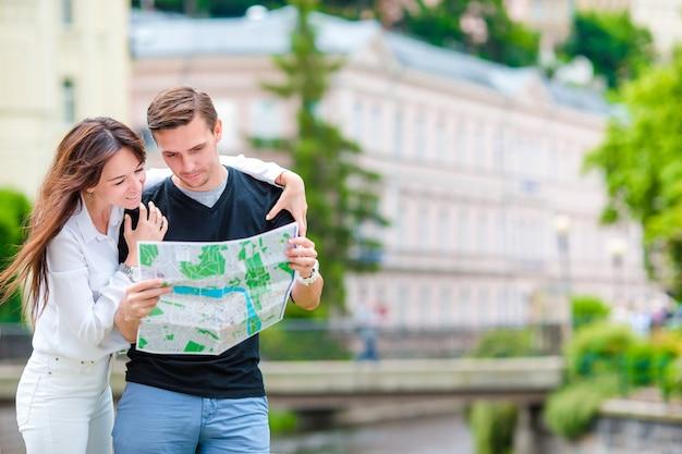 Junge touristische paare, die an den feiertagen in europa reisen.