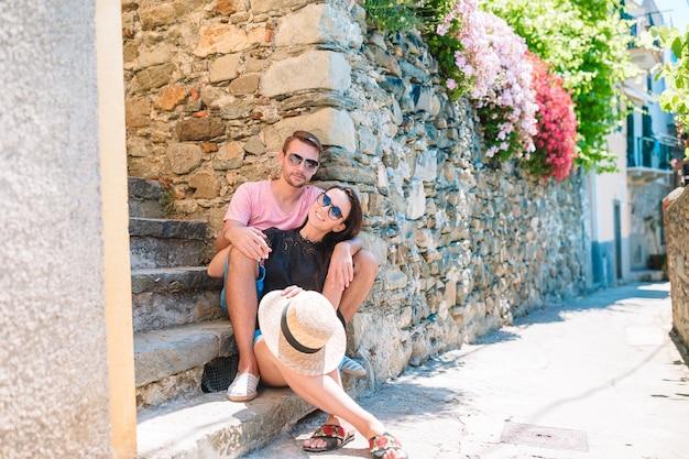 Junge touristische paare, die draußen an den europäischen feiertagen in italienische ferien in cinque terre reisen
