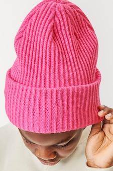 Junge trägt rosa mütze