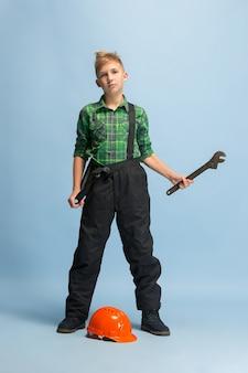 Junge träumt vom beruf des ingenieurs. kindheit, planung, bildung, traumkonzept.