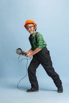 Junge träumt vom zukünftigen beruf des ingenieurs