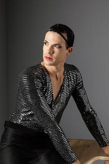 Junge transgender-person, die ein haarnetz verwendet