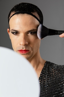 Junge transgender-person, die in den spiegel schaut
