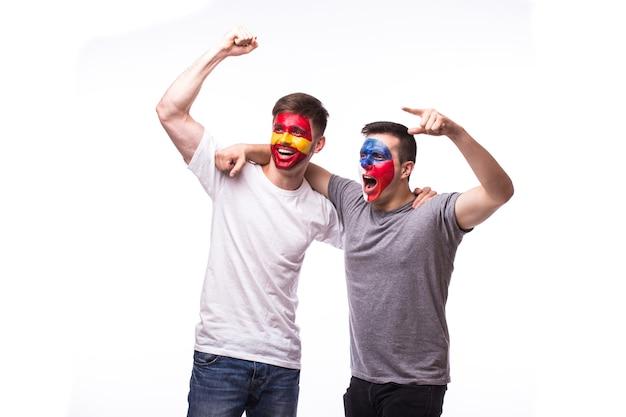 Junge tschechische und spanische fußballfans lokalisiert auf weißer wand