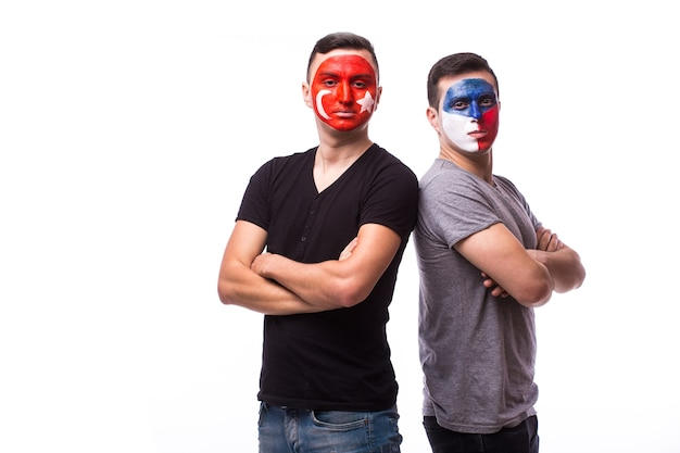 Junge tschechische und tunesische fußballfans lokalisiert auf weißer wand