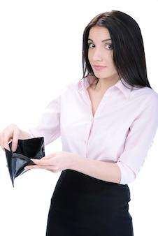 Junge überraschte frau, die eine leere geldbörse hält.