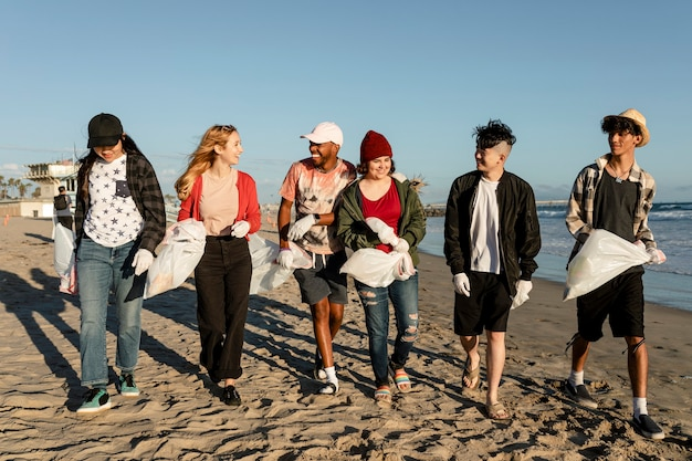 Junge umweltschützer, strandsäuberung freiwilligenarbeit