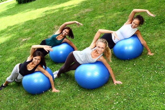 Junge und attraktive frauen, die fitnessübungen machen