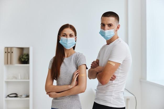 Junge und junge frau mit injektionen auf den händen medizinische maske krankenhausimmunität kovid-pass