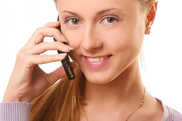 Junge und schöne frau, die durch telefon benennt