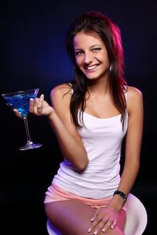 Junge und schöne frau im nachtclub