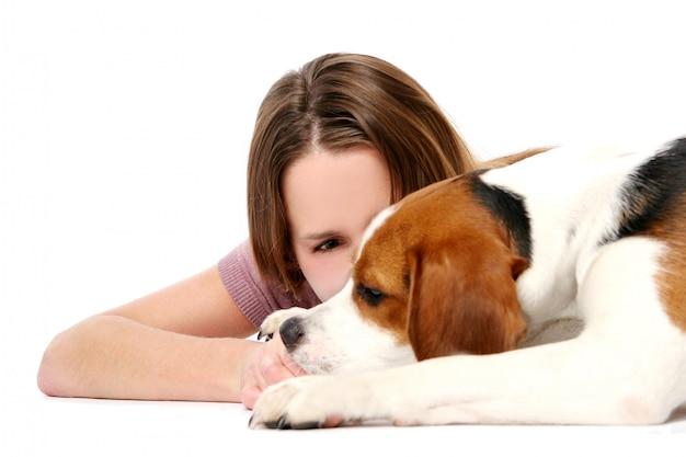 Junge und schöne frau mit hund