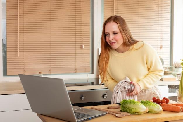 Junge und schöne frau mit online-meeting