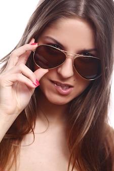 Junge und schöne frau mit sonnenbrille