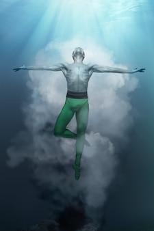 Junge und stilvolle moderne balletttänzerin, die auf fantasiehintergrund springt