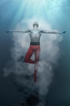 Junge und stilvolle moderne balletttänzerin, die auf fantasieoberfläche springt