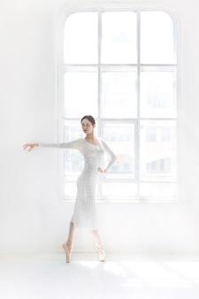 Junge und unglaublich schöne ballerina posiert und tanzt