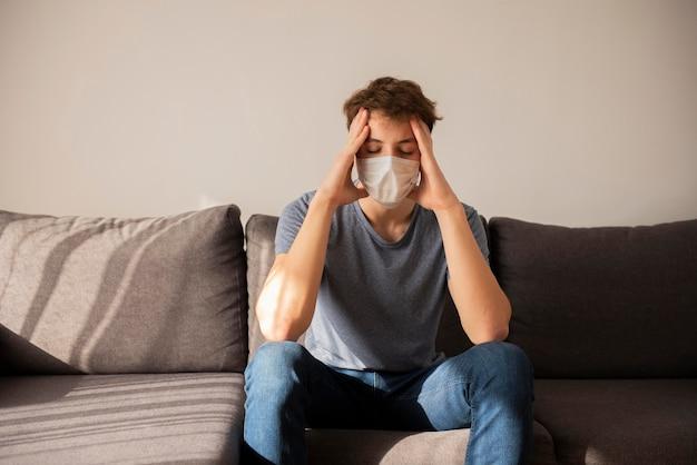 Junge unter quarantäne hat kopfschmerzen