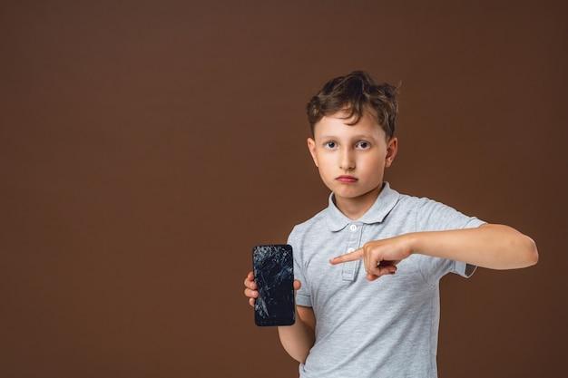 Junge unter schock, weil er versehentlich das smartphone verwöhnt hat