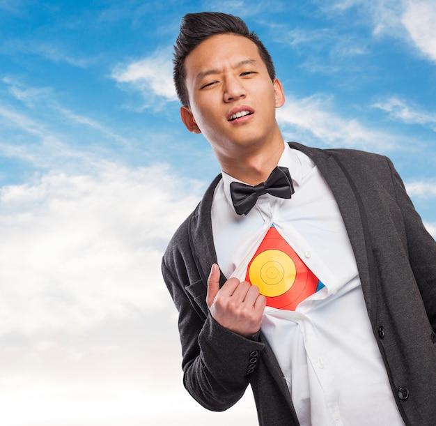 Junge unternehmer, die ein ziel unter seinem hemd zeigt