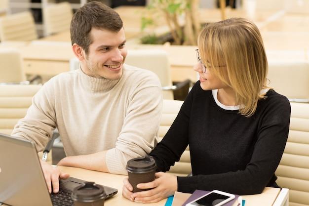 Junge unternehmer, die im büro zusammenarbeiten