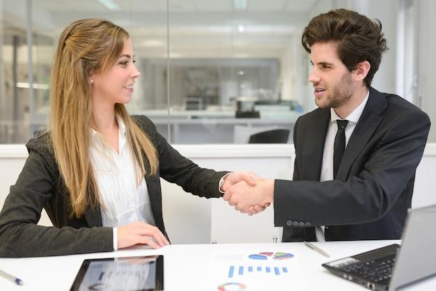 Junge unternehmer schließen einen deal