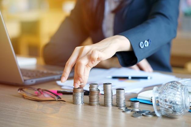 Junge unternehmer sind, buchhalter stapeln münzen. einsparungen und finanzen konzept.