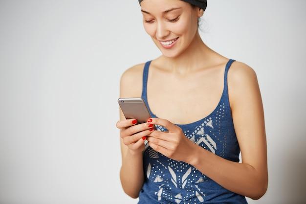 Junge unternehmerin, die kostenlose drahtlose internetverbindung zu hause genießt