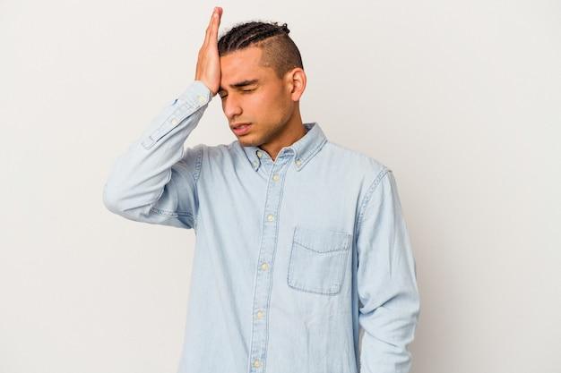 Junge venezolanische mann isoliert auf weißem hintergrund etwas vergessen, stirn mit handfläche schlagen und augen schließen.