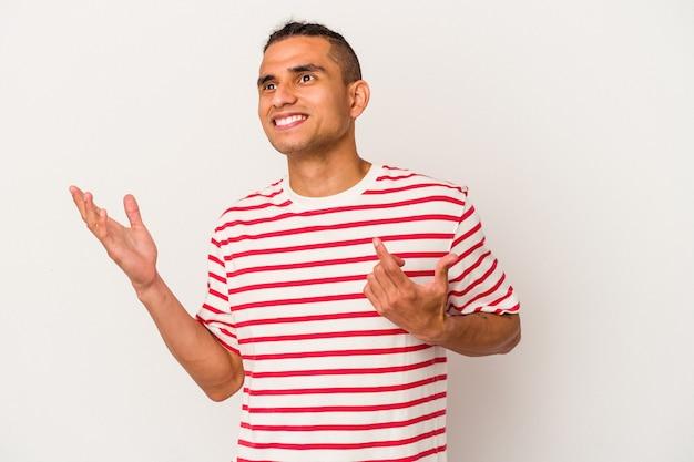 Junge venezolanische mann isoliert auf weißem hintergrund freudig lachen viel. glück-konzept.