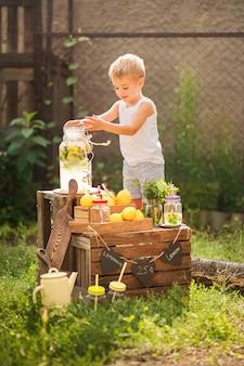 Junge verkauft hausgemachte limonade nahaufnahme und kopierraum.