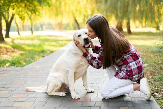 Junge verliebte frau mit ihrem hund