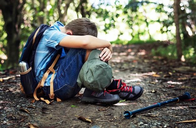 Junge verloren und traurig im wald