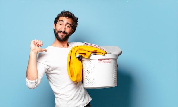 Junge verrückte bärtige mann, die wäsche wäscht
