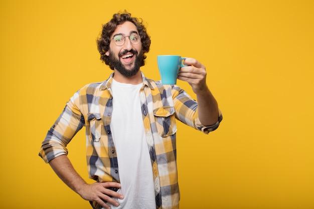 Junge verrückte verrückte manndummkopfhaltung mit einem kaffee.