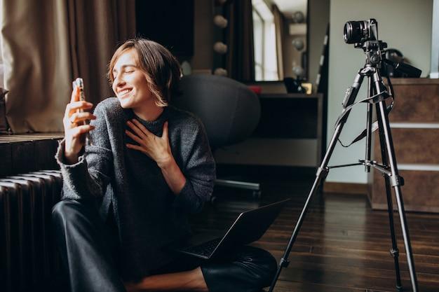 Junge video-bloggerin, die eine video-rezension für ihren vlog macht
