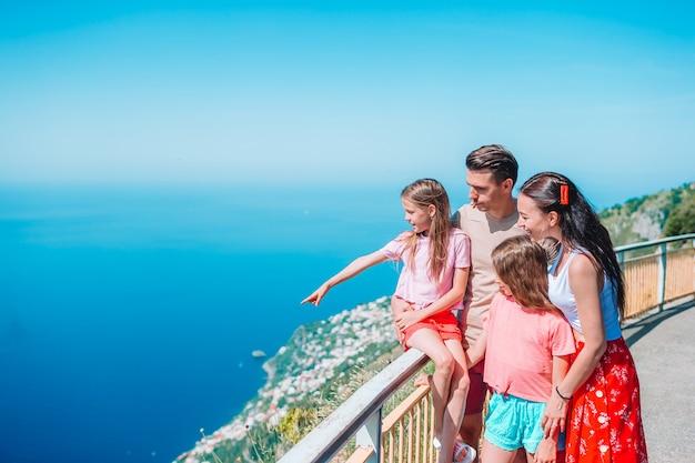 Junge vierköpfige familie auf amalfi-küste, italien
