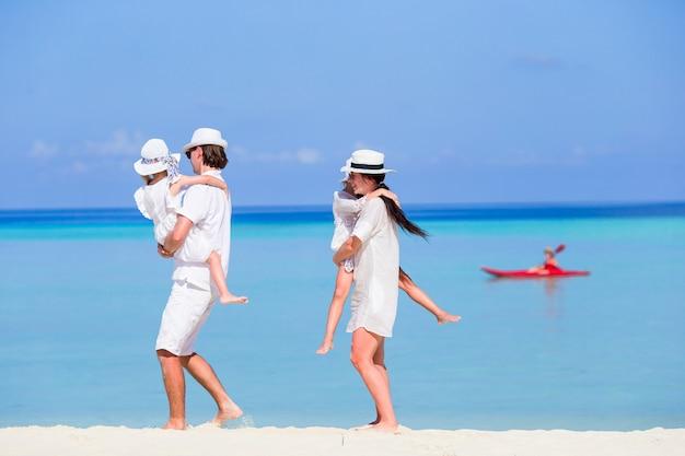 Junge vierköpfige familie auf strandferien