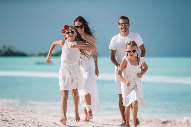 Junge vierköpfige familie im urlaub viel spaß