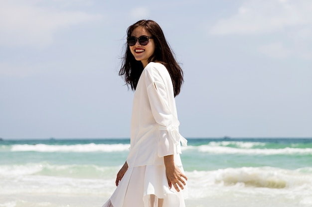Junge vietnamesische frau am strand