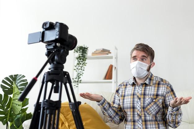 Junge vlogger, die video zu hause aufzeichnen