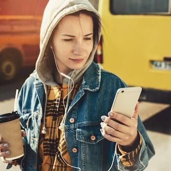 Junge vlogger streaming live-video live zu fuß eine stadtstraße hinunter