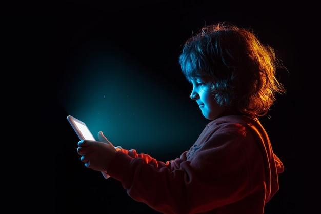 Junge vlogging mit tablette