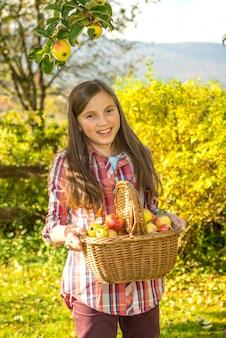 Junge vor jugendlichsammelnäpfel im garten